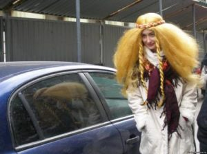 Дама в парике