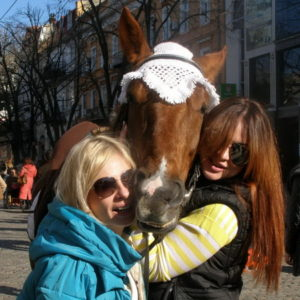 Девушки и лошадка